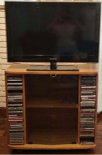 mesa para tv y cds de madera con ruedas