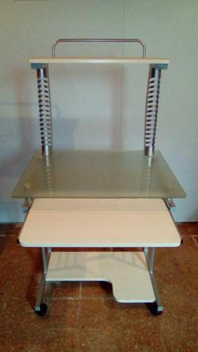 mesa pc vidrio templado y metal. sin detalles.