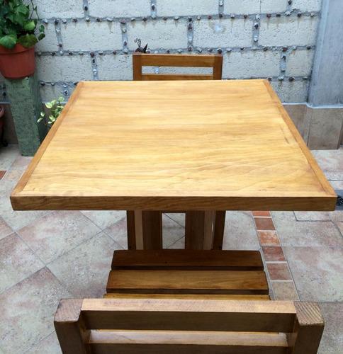 mesa periquera de madera, con dos sillas
