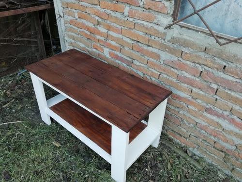 mesa ratona en blanco y caoba.