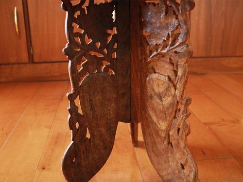 mesa redonda de madera exótica brasileña labrada a mano con detalles de hojas en base y sus 3 soportes
