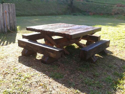 mesa rustica com bancos de toras