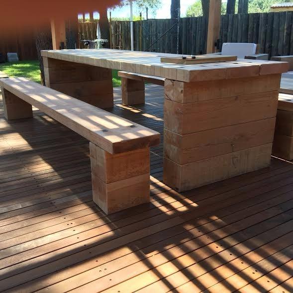 Mesa y bancos barbocoa jard n madera maciza for Mesa y banco de jardin