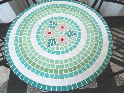 mesa y dos sillas en venecitas mosaiquismo
