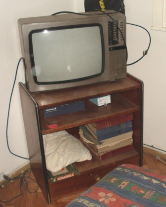 mesa y televisor grundig 21