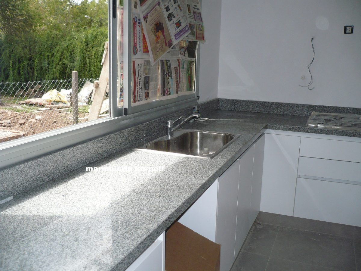 Mesadas granito de 1 00 x0 60 c zocalo trasero y bacha for Mesadas de cocina