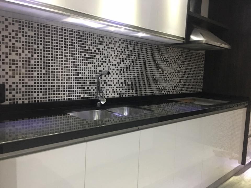 Mesadas para cocina en granito marmol silestone for Granito negro para cocina
