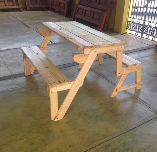 mesas de madera, butacas y bancas.