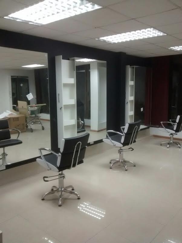 Mesas manicure y muebles para salones de belleza for Disenos de espejos para peluqueria