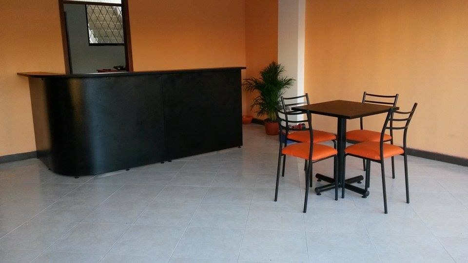Mesas para restaurant sillas de comedor muebles de oficina for Muebles de oficina quito