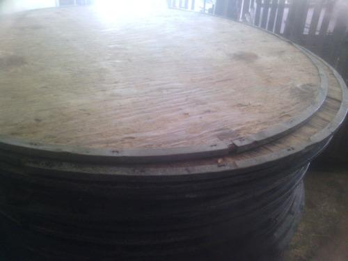 mesas redondas de madera con borde de hierro