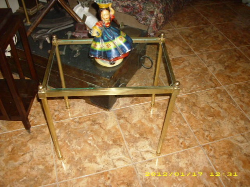 mesita de bronce y vidrio antigua