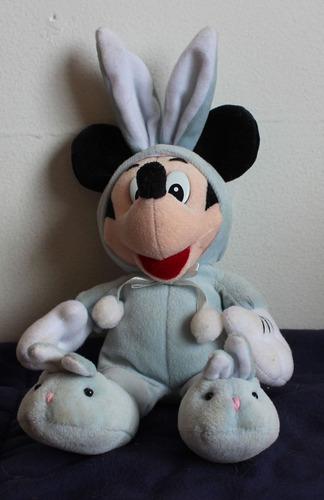 mickey de pantufas e fantasiado de coelho