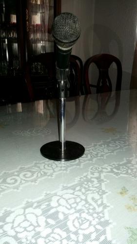 micrófono con pedestal