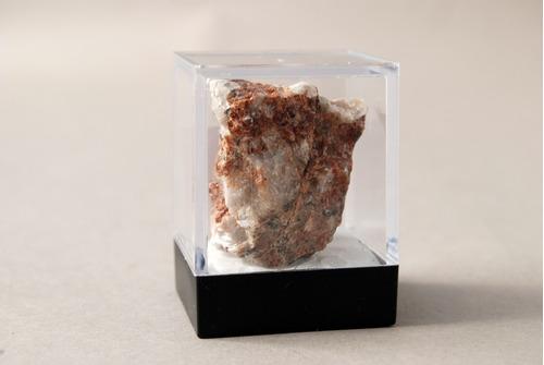 mineral o roca (en bruto) en caja de acrílico
