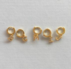 4c9475ad2b98 Mini Arracadas En Chapa De Oro Con Letra Y Circonias
