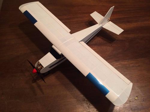 mini avião de balsa