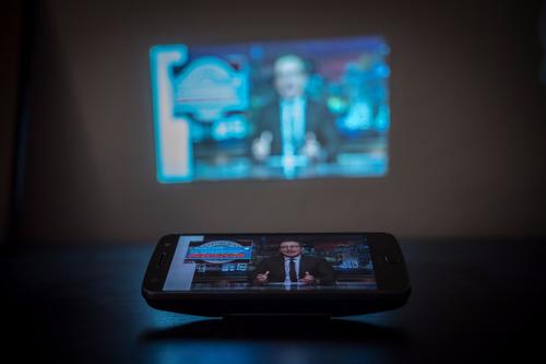 mini proyector para celular  moto mods projector