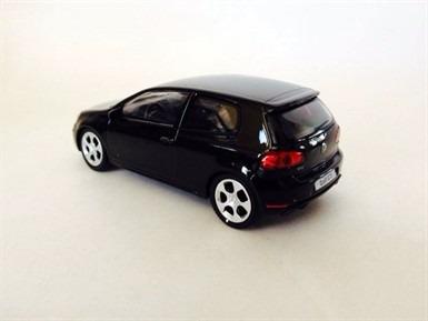 miniatura de volkswagen golf gti preto 1:43 california toys