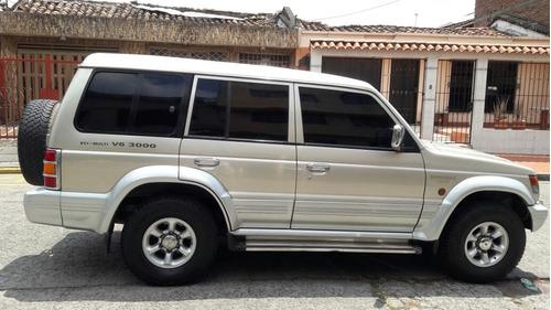 mitsubishi montero station wagon