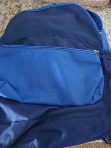 mochila escolar en color azul con cierre