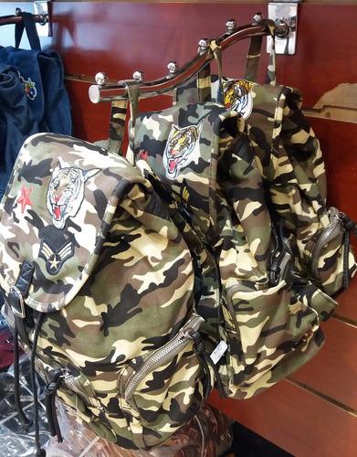 mochila verde militar con parches