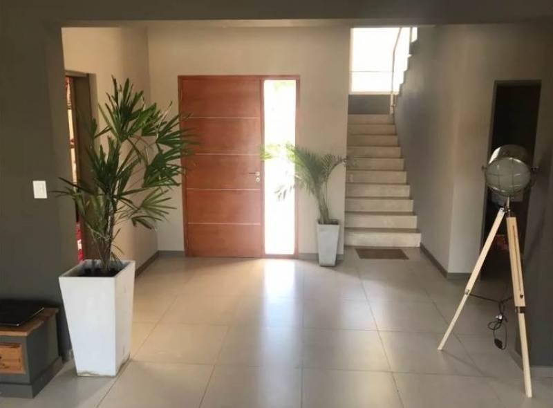 moderna casa al lago con a mejor orientación en la comarca