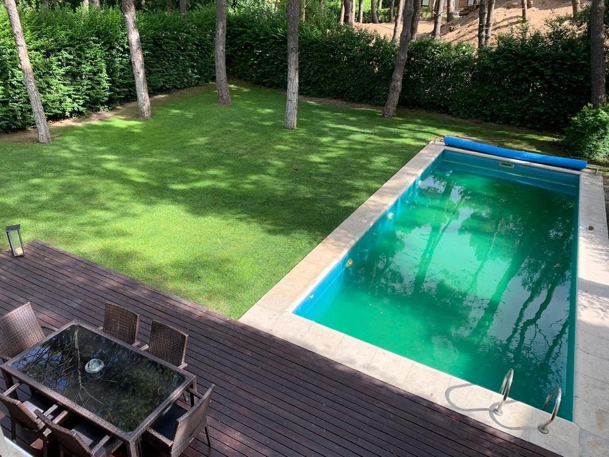 moderna casa con piscina   (permuta x dpto. caba)