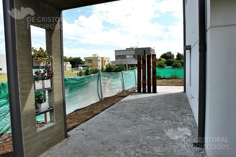 moderna casa de 4 ambientes en barrio la agustina, pilar