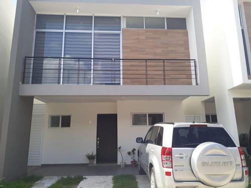 moderna casa familiar  de 3 recamaras en av las torres!!