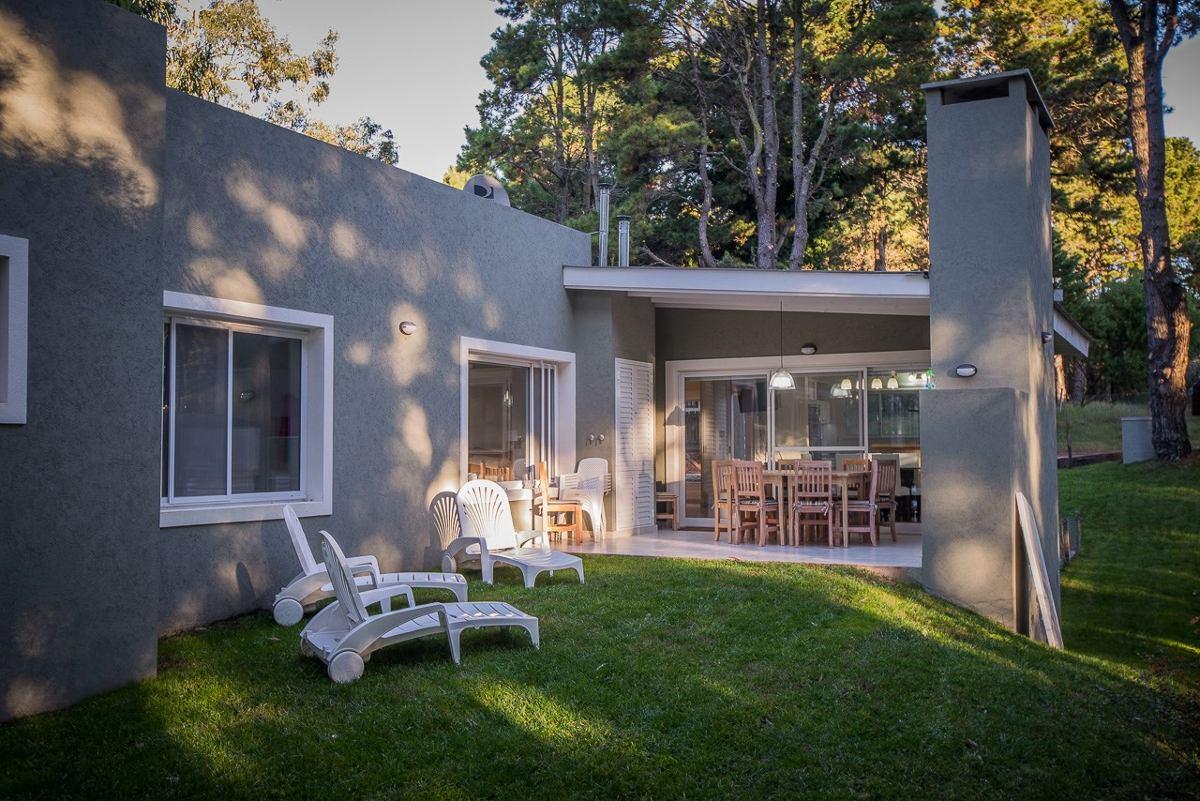 moderna casa valeria del mar a metros de carilo con hogar
