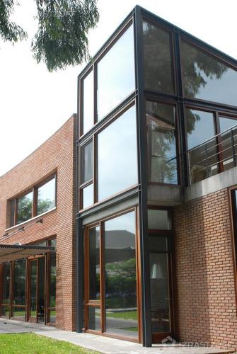 moderna, excelente construcción en el mejor lugar