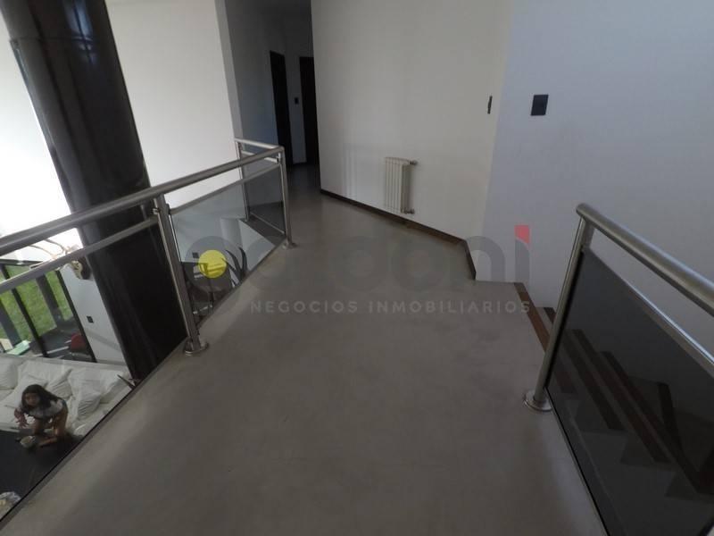 moderna propiedad en 2 plantas con piscina a la venta en el carmencito!