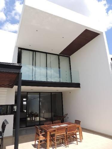moderna residencia amueblada con piscina frente a altabrisa