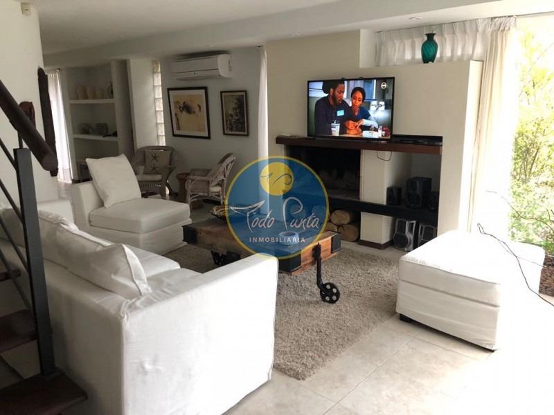moderna y linda propiedad en montoya, a tan solo 3 cuadras de la playa montoya. 4 dormitorios, 3 baños, dependencia de servicio. piscina y parrillero.- ref: 5332
