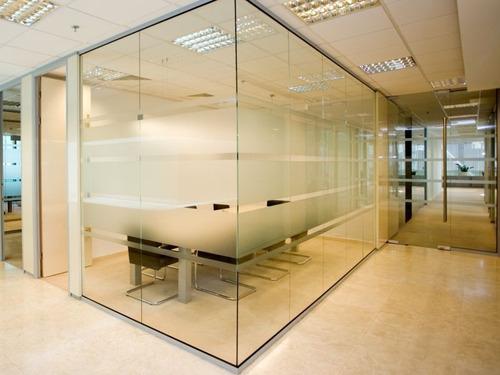 moderniza tu oficina con las divisiones en cristal flotante