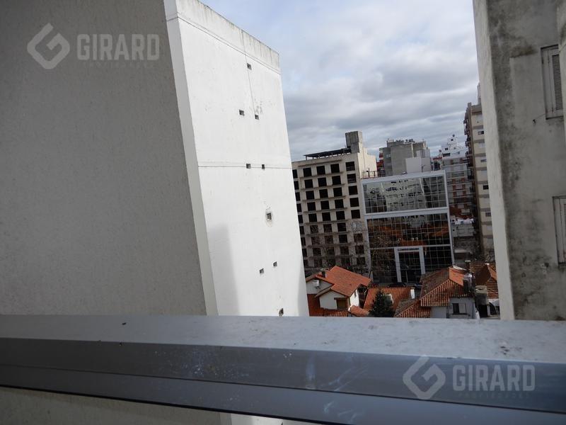 moderno 2 amb.  con balcon y  cochera, excelente estado.
