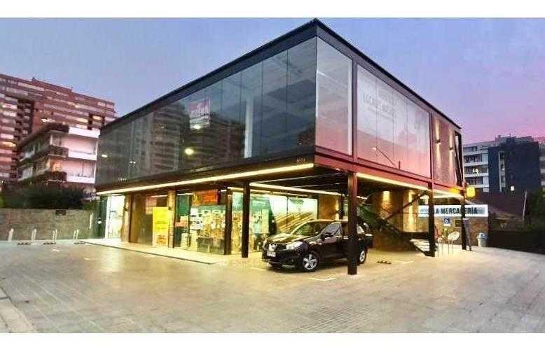 moderno local comercial en stip center a media cuadra de kennedy / 5 mts de frente para mostrar tus productos
