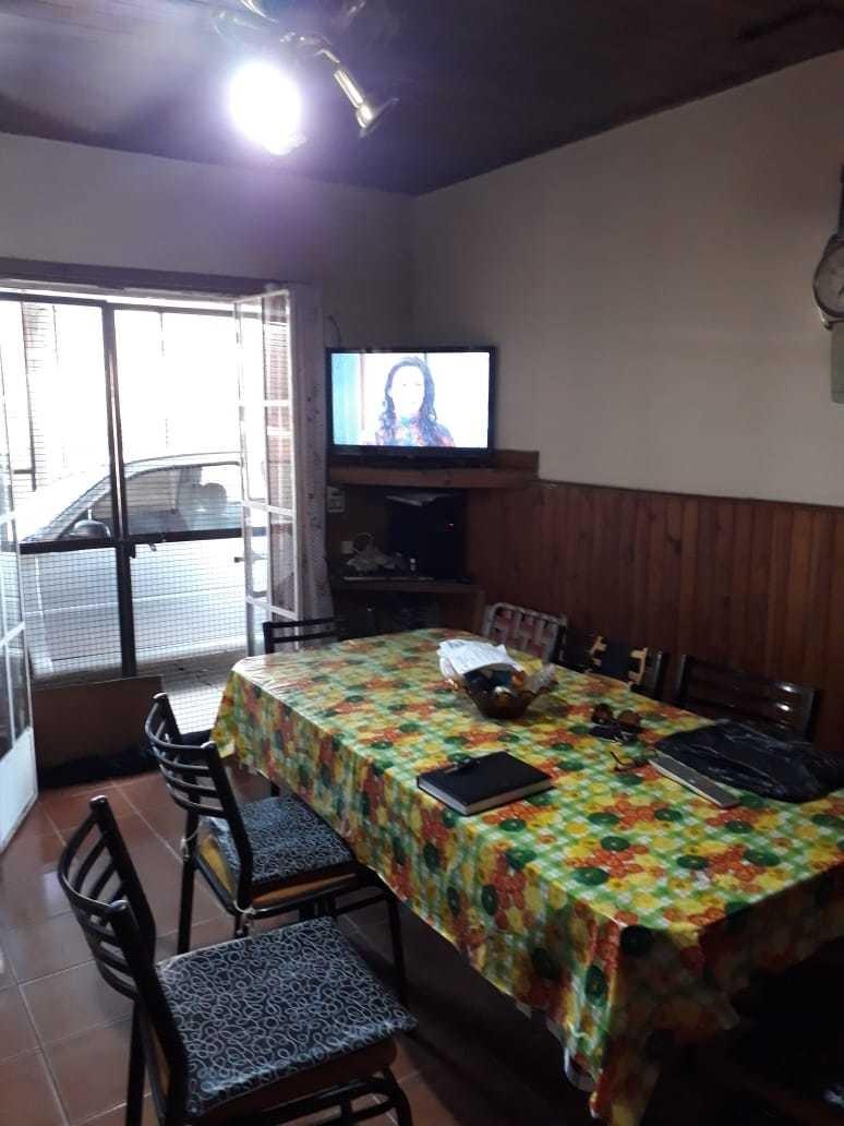 modesta casa en junín se permuta por propiedad menor.