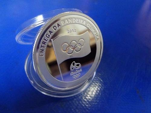 moeda medalha entrega bandeira olimpíadas rio 2016 banhada