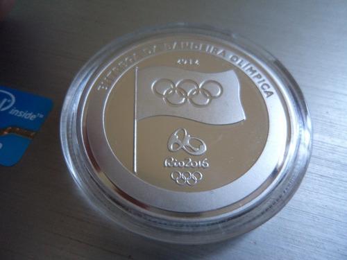 moeda medalha entrega bandeira olimpica revestida prata rio