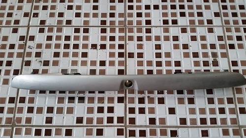 moldura tampa traseira audi a3 01 prata c/ luz placa origina