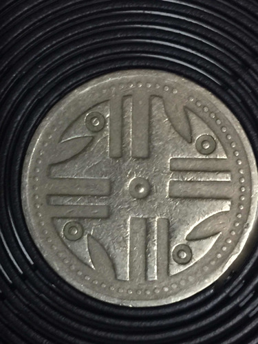 moneda de 200 pesos colombianos de 1995 (punto en el centro)