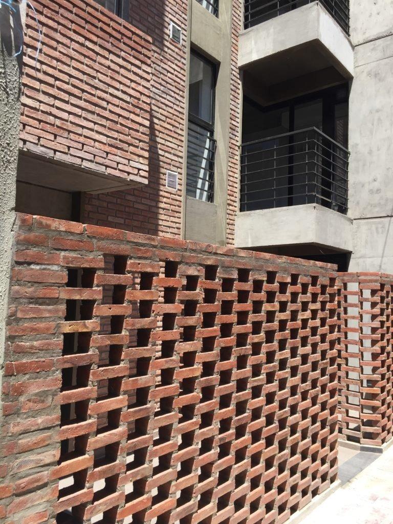 monoambiente centrico con pared divisoria y balcon
