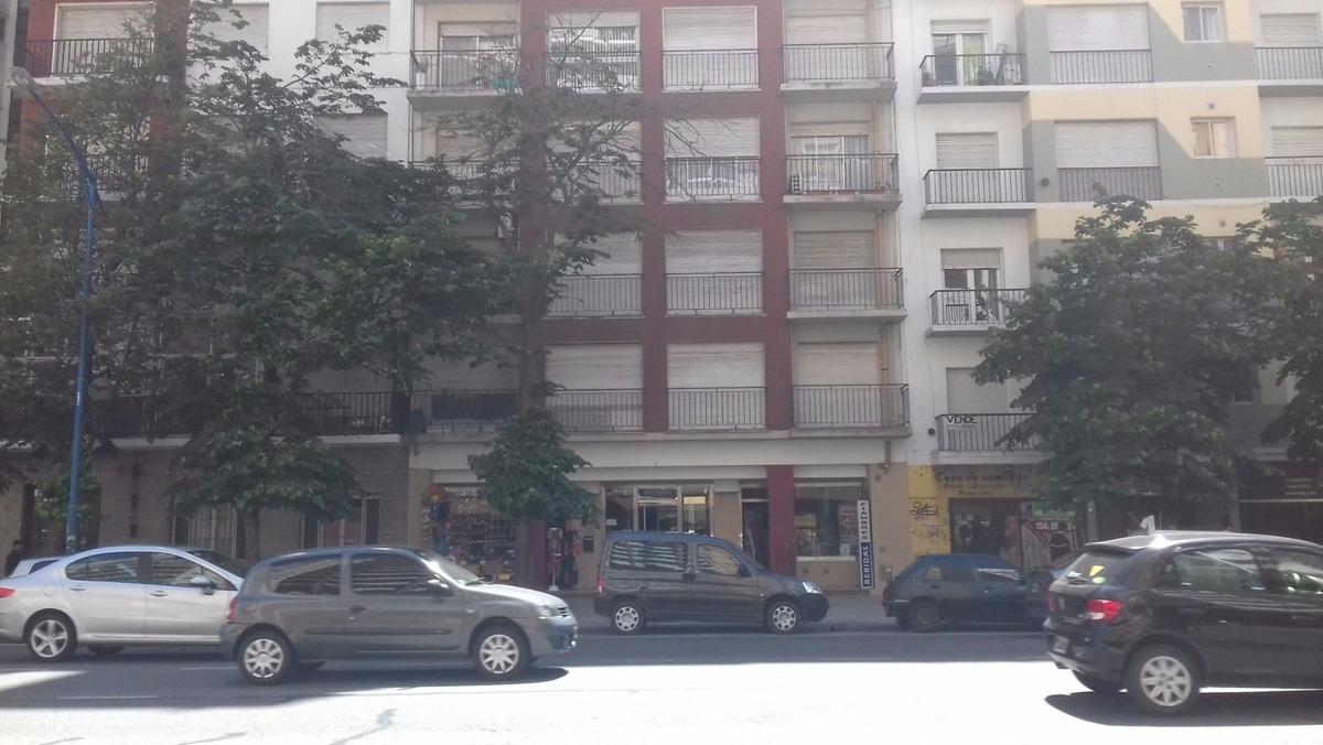 monoambiente con balcón francés en plaza colón
