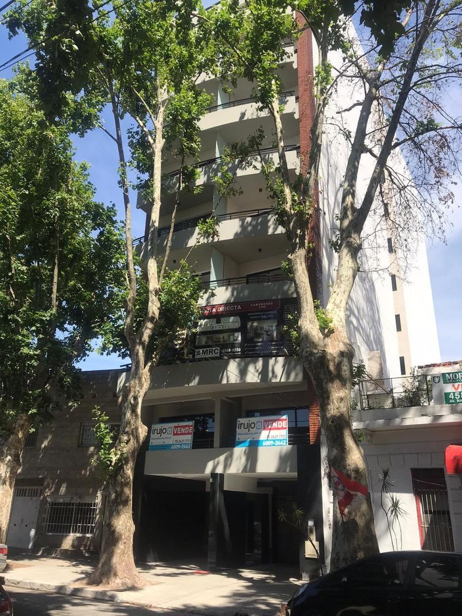 monoambiente con balcon al frente