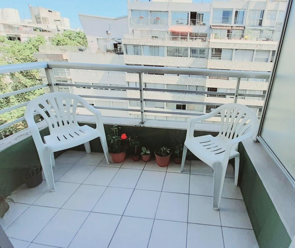 monoambiente con terraza al frente y vista a la rambla
