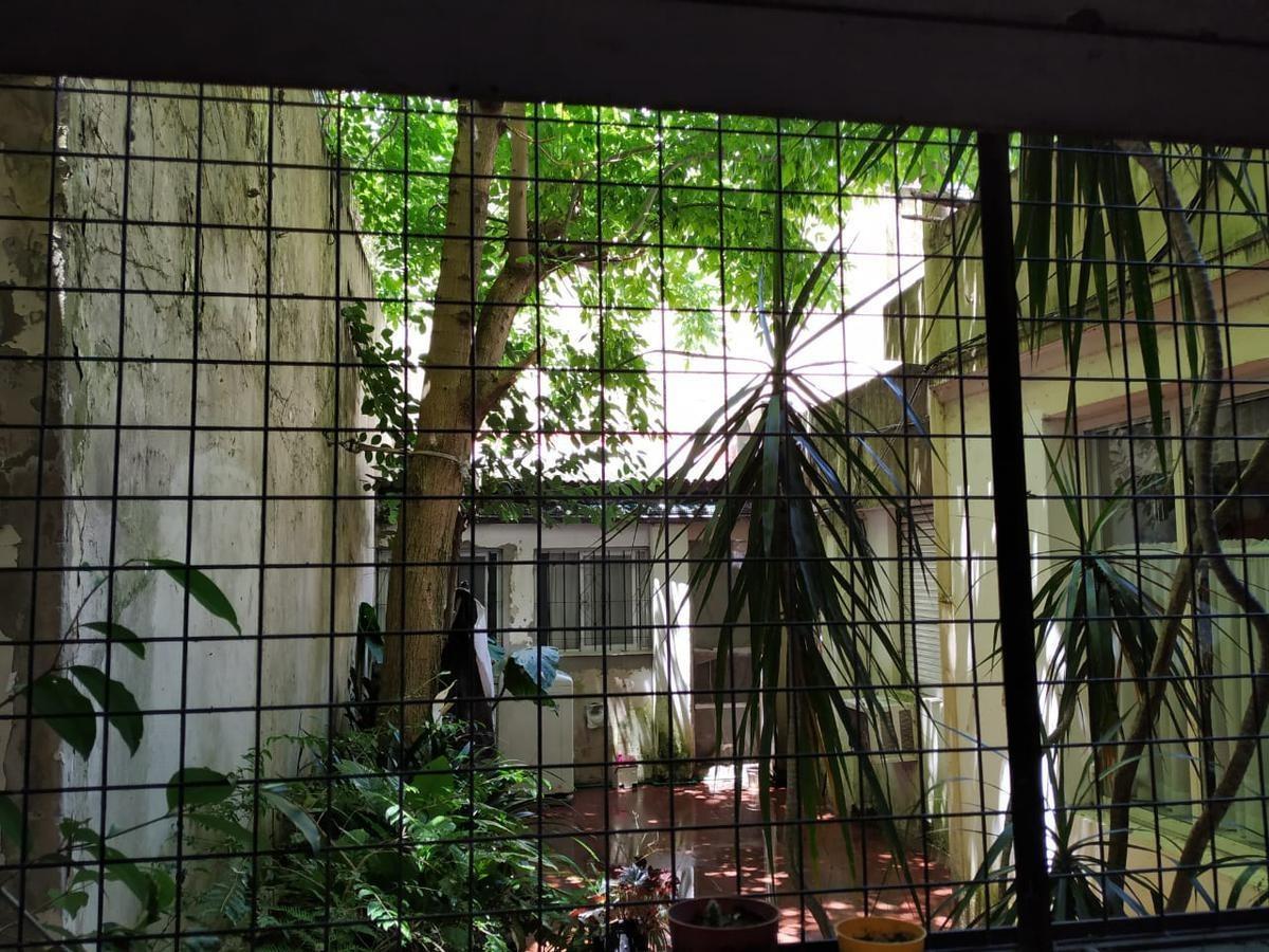 monoambiente en planta baja con vista a patio interno.  barrio norte
