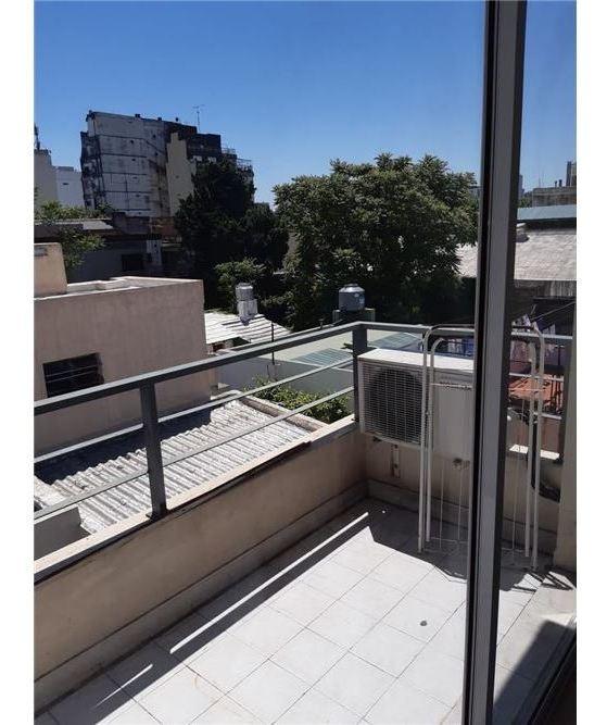 monoambiente luminoso con balcon al contrafrente