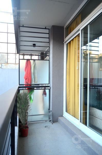 monserrat. moderno loft con balcón. alquiler temporario sin garantías.